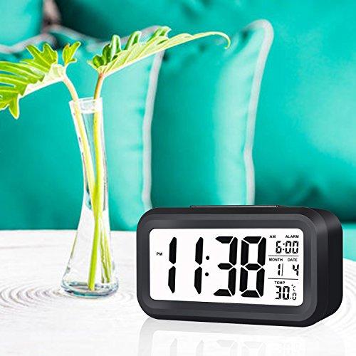 E2Buy Digitale LCD Wecker, automatische Nacht Glow Smart Licht aktivierter Sensor Nacht Digitaler Schlummer Wecker mit extra großer Anzeige, Datum und Temperatur Display (Schwarz) - 6