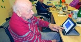 Bewohner Erich Hoffrichter (98) aus dem Kursana Domizil Rastow beschäftigt sich gern mit den Spielen auf dem Tablet-PC.