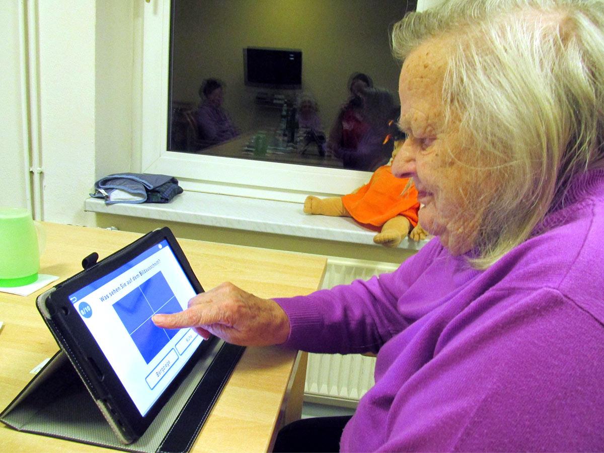 "Bewohnerin Inge Brandt (85) aus dem Kursana Domizil Rastow spielt gern das Foto-Ratespiel ""Dalli Klick"" auf dem Tablet-PC. ©Kursana,"